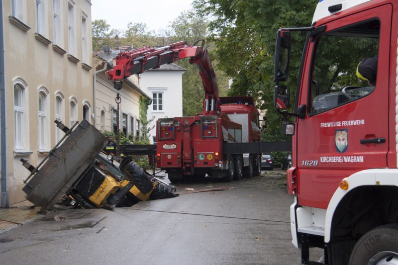 Erdloch verschluckt Gemeindebagger